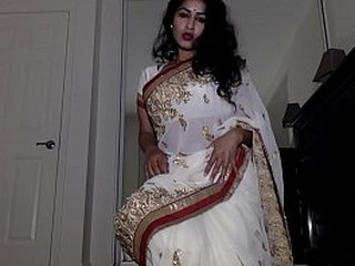 Alone Aunty Wearing Indian Costume with Tika Slowly Getting Naked Shows Pussy