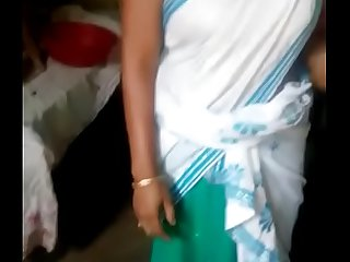 Indian aunty lift saree to show pussy